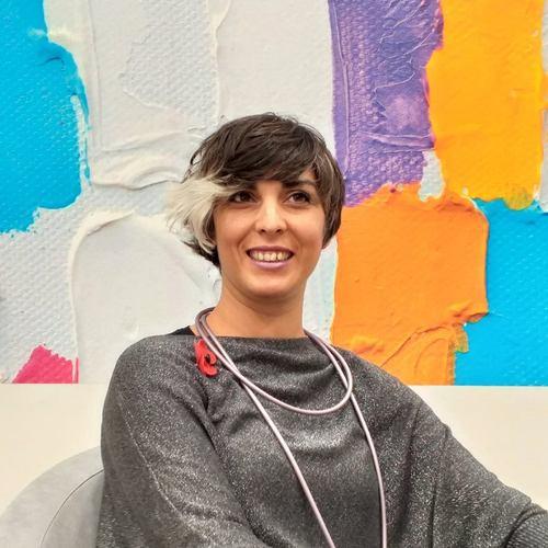 Fabiola Mazzei: formatrice e creativa. Ha iniziato la formazione presso l'accademia Armonia nel 2001 scoprendo un modo di lavorare totalmente nuovo che l'ha arricchita ed entusiasmata molto.