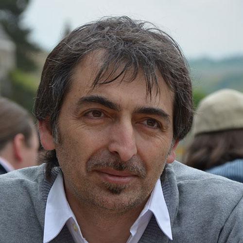 Giuseppe Casertano: hair stylist e formatore ho iniziato la mia esperienza lavorativa a Firenze ho frequentato l'Accademia Armonia nel 1992 collaborando fino al 96 per poi dedicarmi alla mia attività. Nel 2015 ho ripreso a collaborare con l' Accademia con entusiasmo passione e professionalità